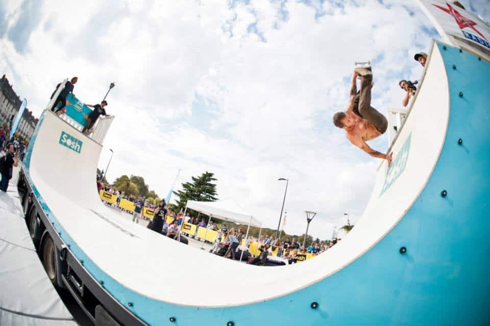 Sosh Truck 2014 - Tours - 1er Camion mobile et connecté Sosh - Animation, Démo et Contest Skate pro sur la rampe fabriquée par Wood Structure Skatepark